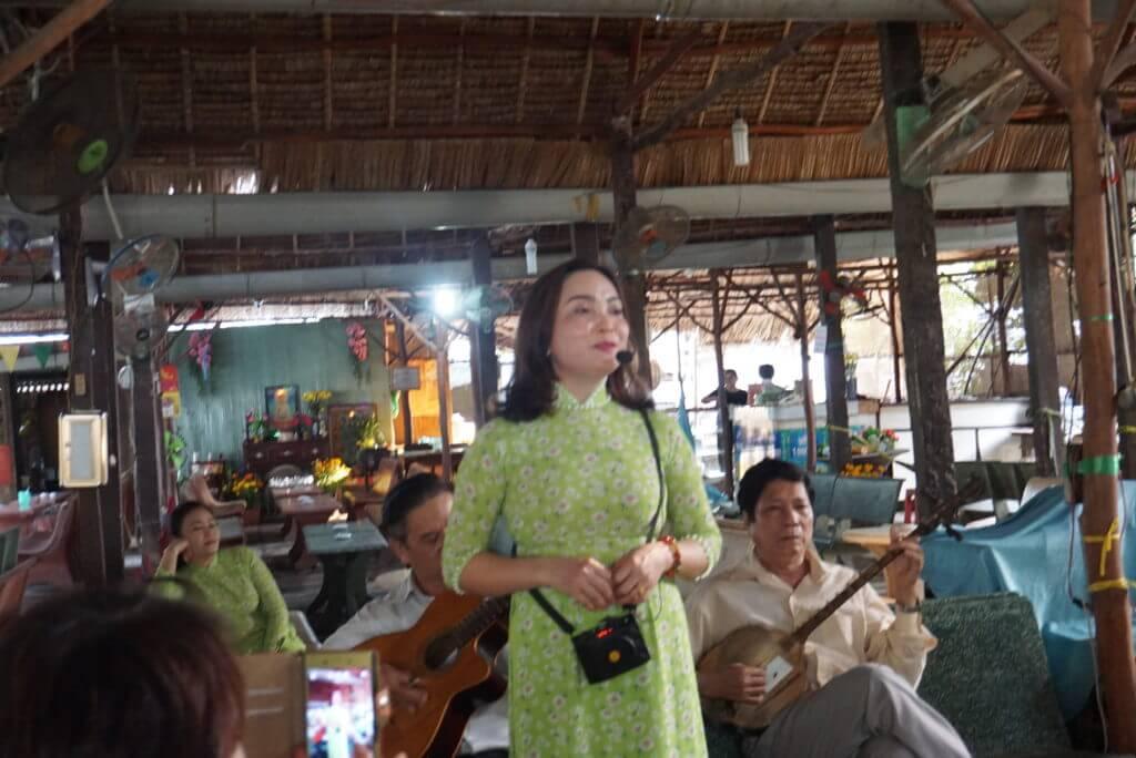 歌うベトナム人